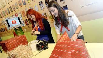 Das Verkaufspersonal packte rund um die Feiertage vor allem Bücher, Spielwaren und Parfümerieartikel ein.Symbolbild/KEY