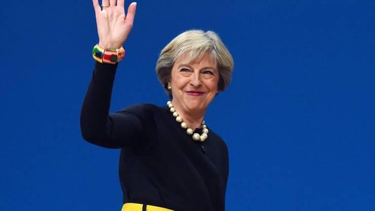 Die britische Premierministerin Theresa May hat erstmals einen Zeitplan für die Austrittsverhandlungen ihres Landes aus der EU umrissen. May sprach am Parteitag der Tories in Birmingham.
