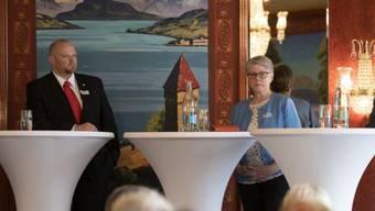 CVP-Präsident Christian Ineichen und SVP-Präsidentin Angela Lüthold während eines Wahlpodiums – mit ernsten Mienen.