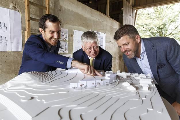 Projektentwickler Benjamin Bartmann (links), Axa-Immobilienchef Ernst Schaufelberger und Senior Asset Manager Christian Wenger (rechts) freuen sich, dass der Bau für die Überbauung im Schöngrün startet.