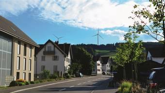 Blick aus dem Dorf Beinwil, Höhe Restaurant Rössli, Richtung Lindenberg. Je nach Lichteinfall wirken die Windanlagen dunkel oder hell.zvg