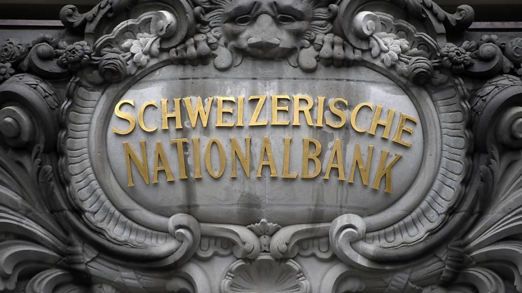 Die Anlagepolitik der Schweizerischen Nationalbank (SNB) gerät einmal mehr unter Beschuss. Die Klima-Allianz Schweiz will mit einer Plakataktion den Druck auf die SNB erhöhen und sie zu einem Kurswechsel zwingen. (Archivbild)