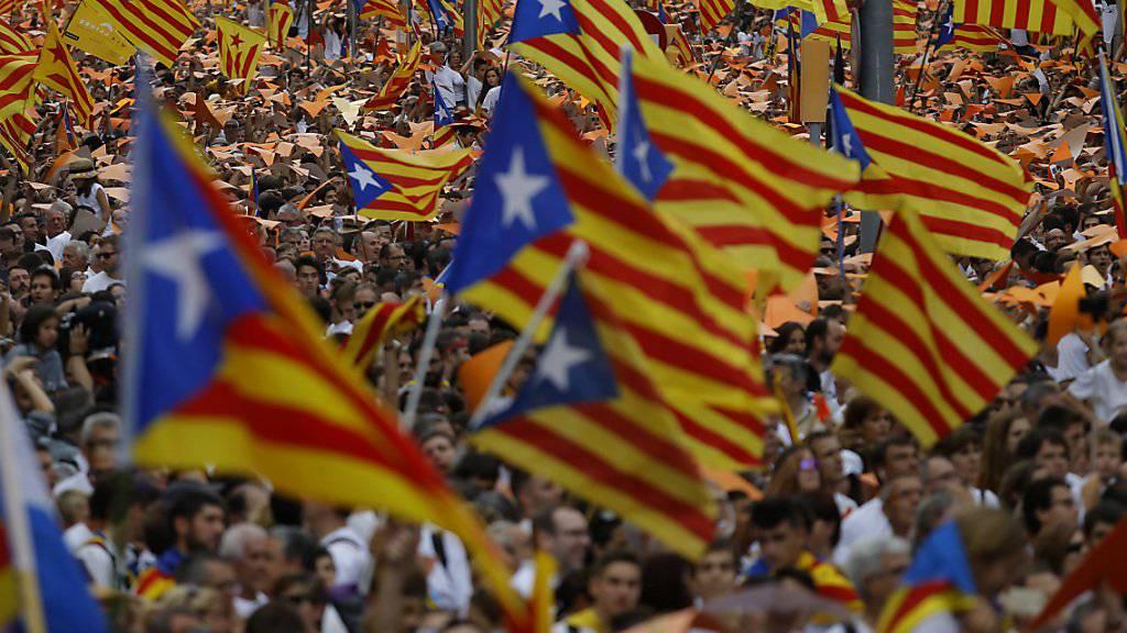 Kataloniens Regierung hält an ihrem Unabhängigkeitskurs von Spanien fest - im Bild Massendemonstration in Barcelona mit katalanischen Unabhängigkeitsflaggen (Archiv)