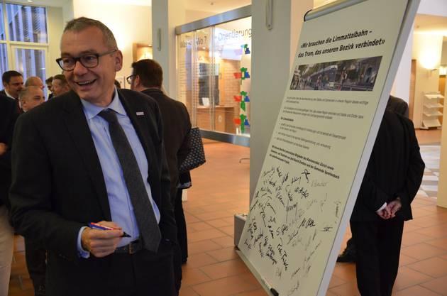 Nach den Ansprachen unterzeichneten die anwesenden Behördenmitglieder die Absichtserklärung