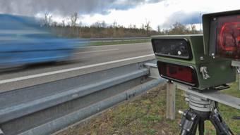 330 Autofahrerinnen und Autofahrer (18 Prozent aller kontrollierten Fahrzeuge) tappten trotz Hinweise in die Radarfalle. (Symbolbild)