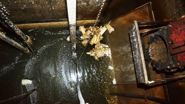 Bereits kurz nach der letzten Reinigung hat es im Pumpbecken wieder Feuchttücher und Windeln, die drohen, die Pumpen zu verstopfen.