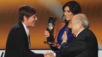 Am Ballon d'Or 2013 in Zürich soll Blatter Solo (hinten) begrapscht haben.