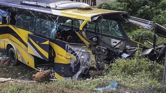 14 Menschen starben bei dem Busunfall in Muar.