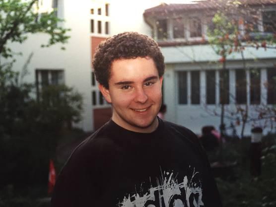 Tiziano als Jugendlicher vor dem Kinderheim.