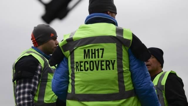 Mitglieder des MH17-Recovery-Teams an der Absturzstelle (Archiv)