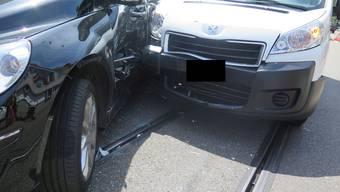 Die Kollision verursachte grossen Sachschaden, beide beteiligten Fahrzeuge mussten abgeschleppt werden.
