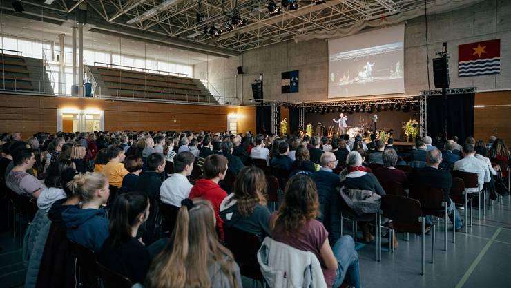 Die Mehrfachturnhalle im Sportzentrum Tägi war gut gefüllt mit gegen 700 erwachsenen Besuchern. Gleich nebenan fand ein Programm für Kinder statt, welches ebenfalls sehr gut besucht war.