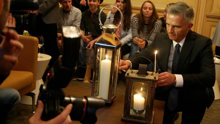 Bundespräsident Didier Burkhalter freut sich in Bern über das Friedenslicht aus Bethlehem.Fotos: DANIEL AENISHÄNSLIN