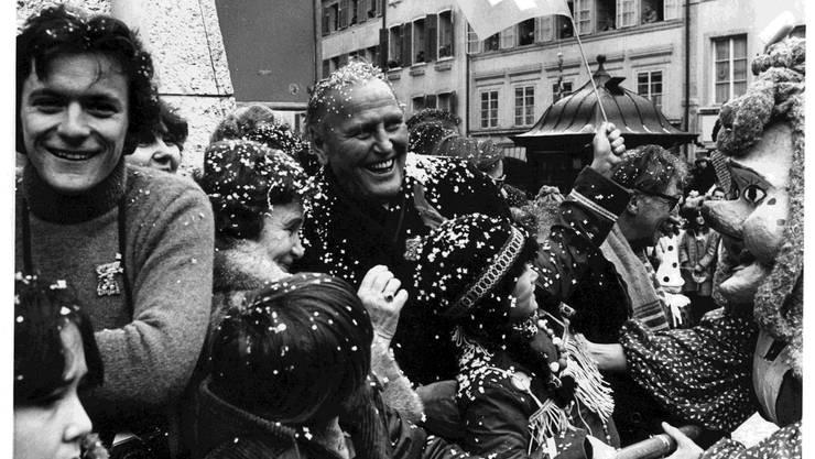 Er liebte die Menschen, und die Menschen liebten ihn. Willi Ritschard mit Frau Margaretha 1981 an der Solothurner Fasnacht. Archiv der Solothurner Zeitung