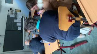 Eine Schülerin erklärt gerade das Handy.