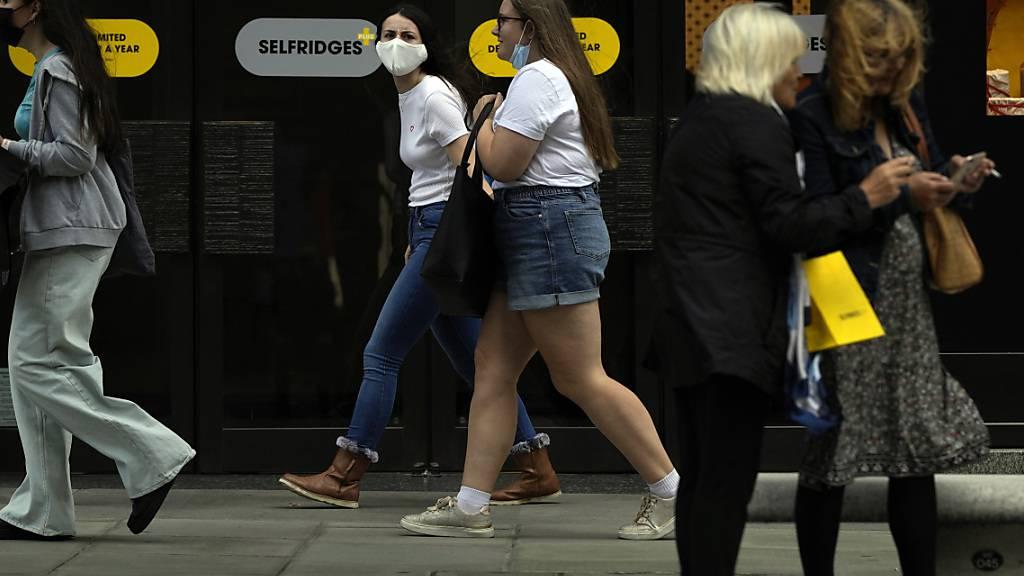 Passantinnen in London. Foto: Alastair Grant/AP/dpa