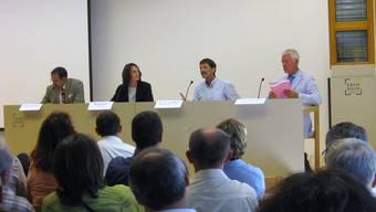 Harte Diskussionen: An der Sissacher Tagung der Baselbieter Sozialhilfe diskutierten Rudolf Schaffner (Vorsteher KSA), Mirjam Jauslin (Moderatorin), Ueli Mäder und Franz Jaeger (v. l.).