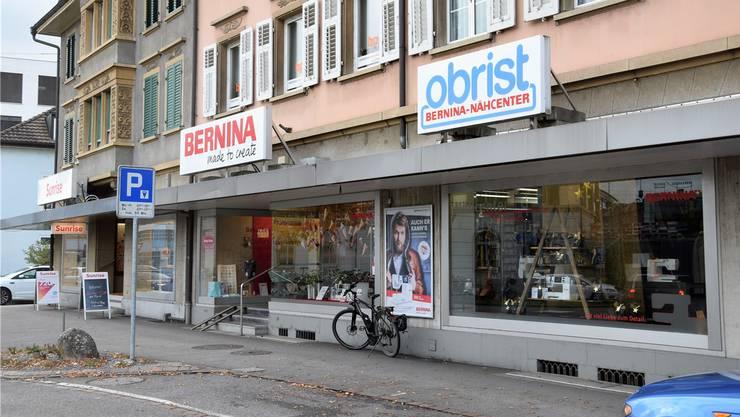 Im Sommer 2016 brach der Beschuldigte in das Bernina Nähcenter Obrist in Brugg ein. Mit einem Stein schlug er das Schaufenster ein. mhu