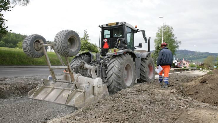 Ein Traktor treibt mit seinem 350 PS-Motor die grosse Fräse an und mischt das Bindemittel in den Untergrund.(Bild: psi)