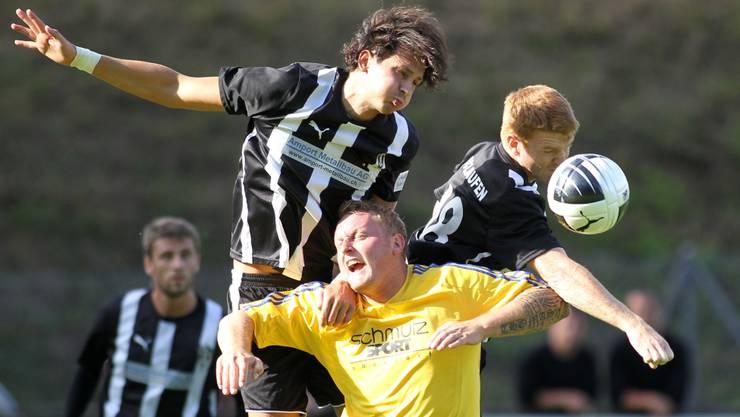Die Spieler des FC Oberdorf (im Bild Thomas Hersberger im gelben Trikot) mussten dieses Saison häufig untendurch und steigen ab.