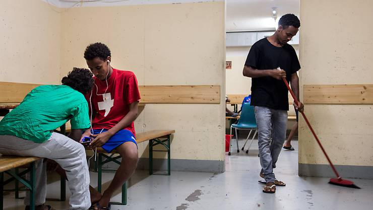 Asylbewerber aus Eritrea vertreiben sich die Zeit in einer Unterkunft im Tessin (Archiv)