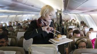 Enge Platzverhältnisse führen beim Kabinenpersonal zu Unmut. In der Bordküche des neuen A320 Neo ist es zu eng zum Arbeiten. (Themenbild)