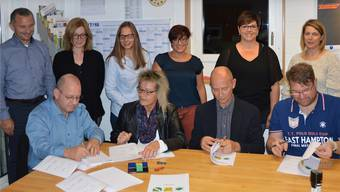 Die Verantwortlichen der drei Gemeinden unterzeichneten im Lehrerzimmer des Schulhauses Neumatt in Obermumpf die Verbands-Verträge. Horatio Gollin