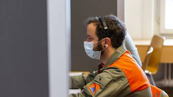 Zivilschützer kontaktieren Personen im Aargauer Contact-Tracing-Center.