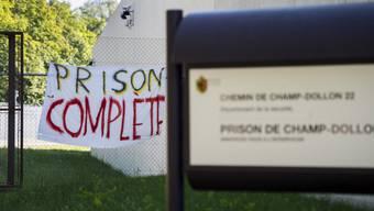 Protest-Plakat der Wärter am Eingang zum Gefängnis (Archivbild)