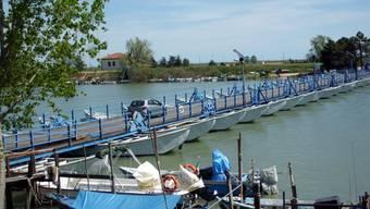 Pontonbrücke in der Weite des Po-Deltas