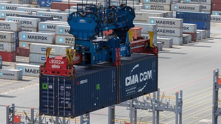 Dem deutschen Arbeitsmarkt geht es gut: Containerhafen in Niedersachsen (Archivbild).