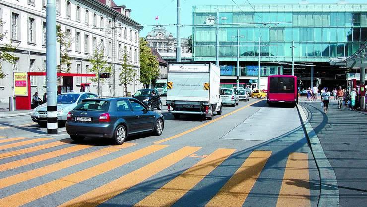 Verbannen: Die Initianten wollen den privaten Individualverkehr vom Bahnhofsplatz weg haben.