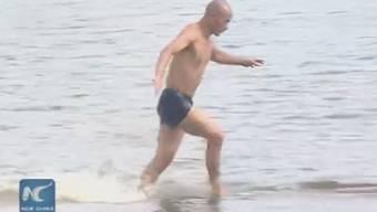 Kleine Schritte und kräftige Zehen: Das ist Shi Liliangs Rezept fürs Rekord-Wasserlaufen.