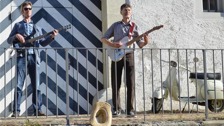 Das Duo Stimulus mit Beat Bundi (links) und Stefan Hartmann bringt sich für die Dreharbeiten vor dem Brugger Salzhaus in Position.