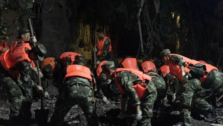 Helfer bei Bergungsarbeiten nach dem Beben im Bezirk Jiuzhaigou