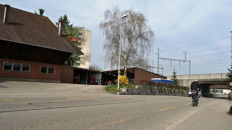 Die neue Norderschliessung soll quer durch das Grundstück der Familie Hinden gehen. Der Schopf (rechts) müsste abgerissen werden.