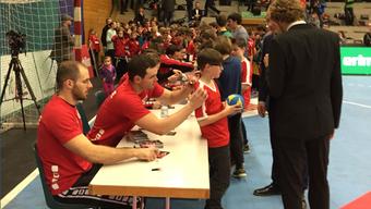 Viele Fans wollten sich nach dem Spiel ein Autogramm der Schweizer Spieler ergattern.