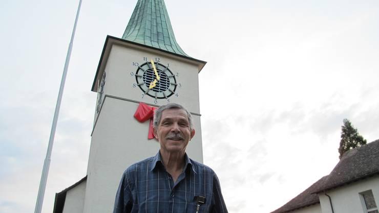 Peter Ringger auf dem Vorplatz der reformierten Kirche. Ein Jahr hat er deren historische Hintergründe recherchiert.
