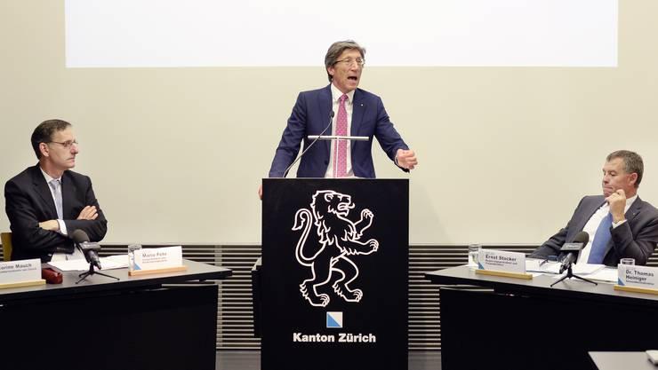 Thomas Heiniger (FDP, mitte) und seine Regierungsratskollegen Mario Fehr (SP, links) und Ernst Stocker (SVP) fanden an einer Medienkonferenz deutliche, ablehnende Worte für die beiden Gebühren-Initiativen.