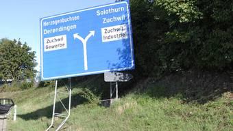 Der eingedrückte Wegweiser bei der Ausfahrt Solothurn Ost.