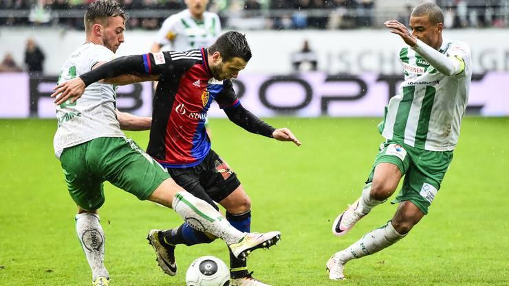 Dreifachtorschütze Renato Steffen setzt sich beim 7:0 im April gegen die St. Galler Aratore (l.) und Angha (r.) durch.
