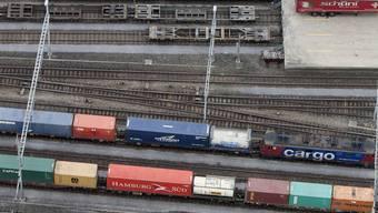 Güterzüge fahren am Verladeterminal am Bahnhof in Aarau vorbei (Archiv)