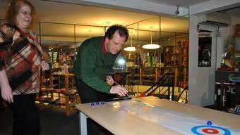 Monika Weiss und Markus Hadorn vom Spielfachgeschäft Miracoolix spielen zusammen Indoorcurling.