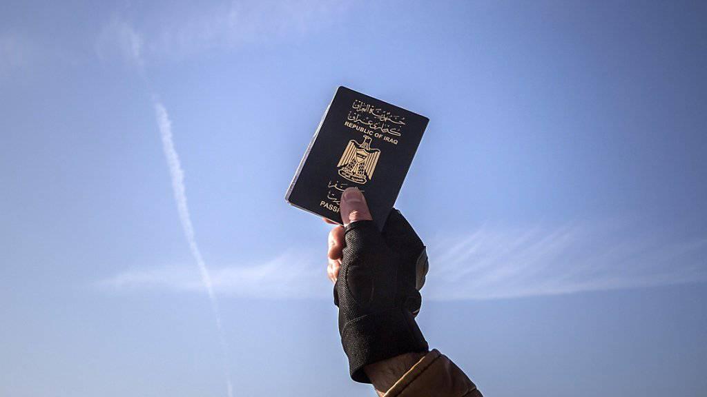 Flüchtling mit irakischem Pass: In Syrien, Libyen und im Irak hat die Terrormiliz IS offenbar zehntausende Pässe erbeutet. (Symbolbild)