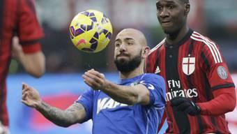 Sassuolos Simone Zaza (l.) im Duell mit Milans Cristian Zapata