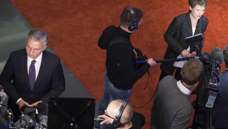 Bundespräsidentin Simonetta Sommaruga und Aussenminister Didier Burkhalter vor den Medien.