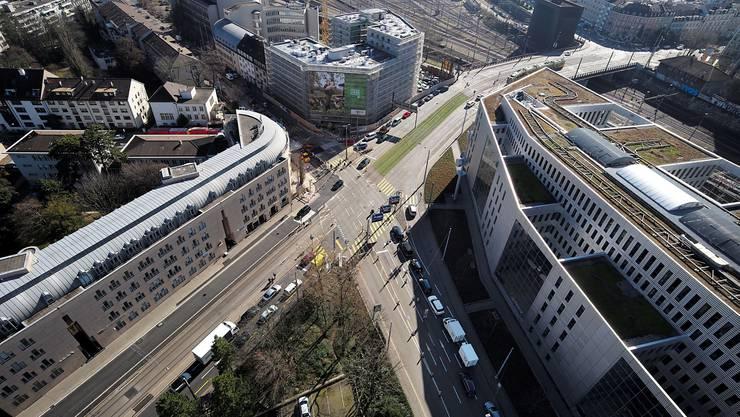 Baustelle an der Nauenstrasse (vom Dach der Lonza aus gesehen): Verkehrsbehinderungen durch Bauarbeiten gehören hier zum Alltag.