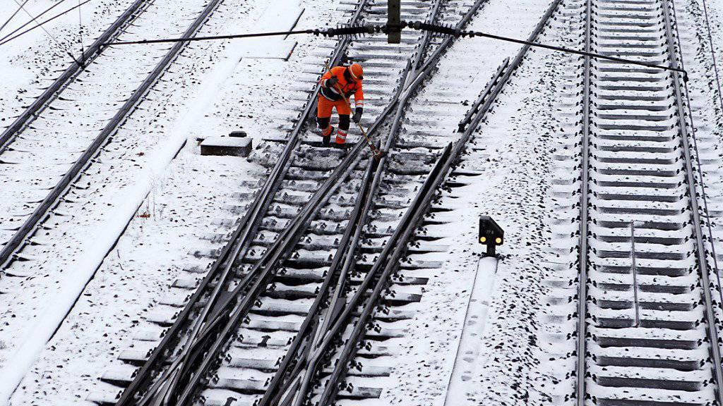 Schnee und Eis sorgten am Wochenende nicht nur auf den Strassen für Probleme. Auch die Bahn und der Flughafen Zürich hatten mit den kalten Temperaturen zu kämpfen.