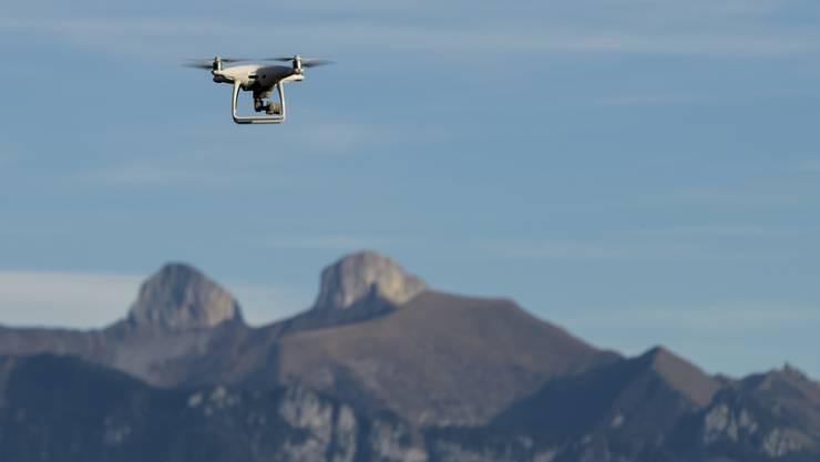 Für die sichere Integration von Drohnen in den Schweizer Luftraum reicht laut einer Studie das bestehende Mobilfunknetz aus. (Archivbild)