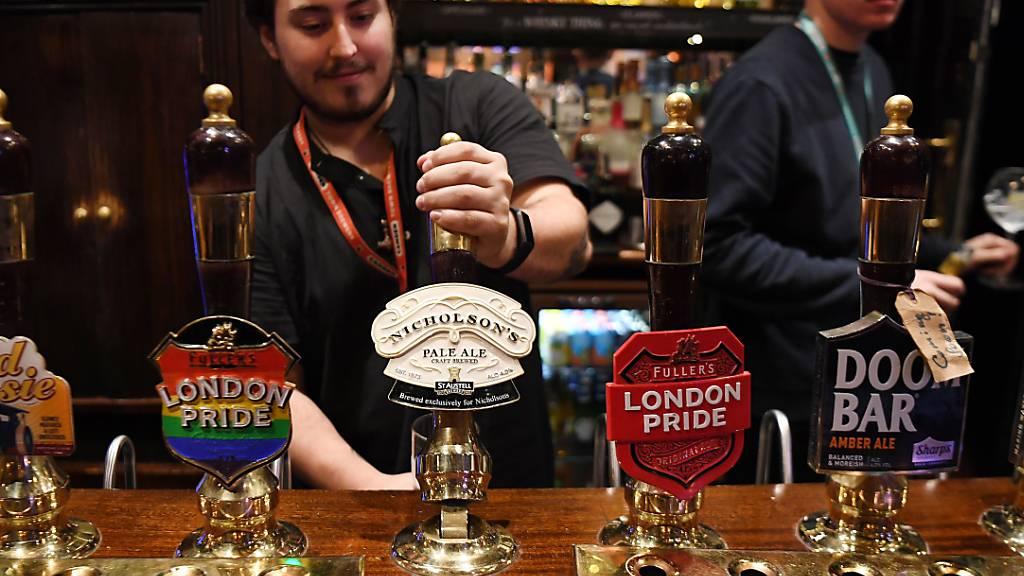 Britisch Pubs stecken wegen Corona in der Krise. Die Pub-Kette Greene King streicht 800 Stellen.(Archivbild)
